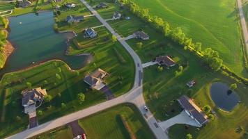 ricco sobborgo rurale in bella luce tarda sera, veduta aerea