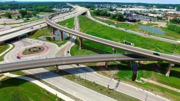 antenna panoramica del nuovissimo svincolo autostradale con cavalcavia, rotatorie