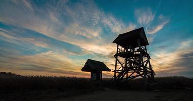 Zeitraffer eines Sonnenuntergangs eines Vogelbeobachtungsturms