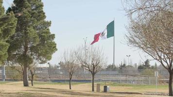 bandera mexicana ondeando al viento cerca de la frontera 2