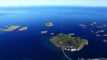 vista aérea das ilhas ao redor de henningsvaer na noruega