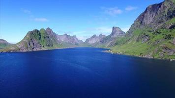 ascendente sopra il bellissimo fiordo sulle isole lofoten, norvegia