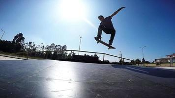 skateboarder che esegue un ollie grab