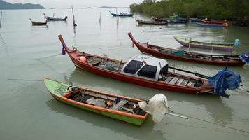 bateau à longue queue utilisé pour pêcher. dans la mer