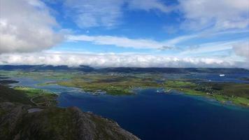 vista aérea de leknes nas ilhas lofoten na noruega video