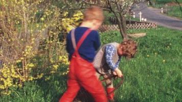 crianças com filhotes de coelhinhos (vintage 8 mm)