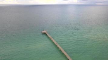píer de pesca da praia das ilhas ensolaradas video