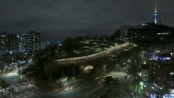 lasso di tempo di notte di tramonto della torre della televisione della città di seoul della corea del sud