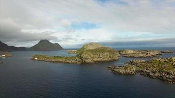 ilhotas rochosas nas ilhas lofoten na noruega perto de mortsund video