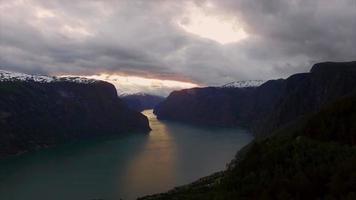 fiorde na Noruega, visto do ar em uma noite nublada.