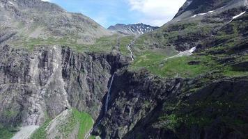 cascata sopra il passo di trollstigen in norvegia