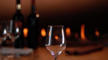 Zeitlupengießen von Rotwein