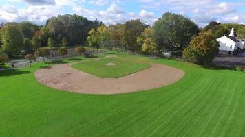 subida aérea del campo de béisbol de la liga pequeña