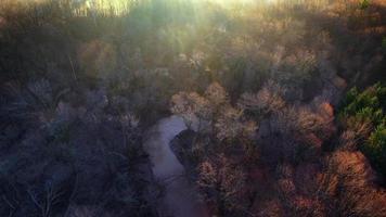 alba aerea guardando verso il basso sul paesaggio nebbioso, fiume tortuoso video