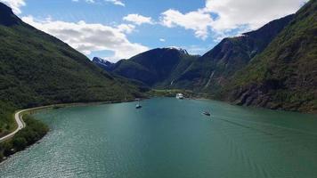 szenische Luftaufnahme des Fjords mit Kreuzfahrtschiff in Norwegen.