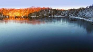 lago helado en marzo, la luz del amanecer acaba de llegar video
