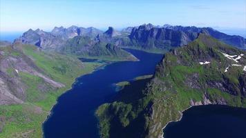 Vol au-dessus des îles Lofoten en Norvège