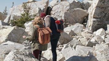 Paar, das während der Wanderung vorsichtig auf Felsen tritt
