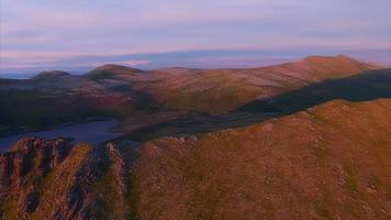 Montagnes sur Andoya éclairées par le soleil de minuit, vue aérienne