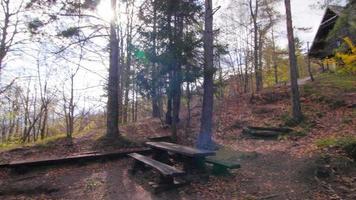 bela casinha de madeira no campo video