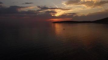 aéreo - voo acima do mar em direção ao sol poente video