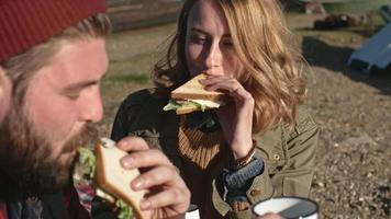 pareja joven disfrutando de un picnic romántico