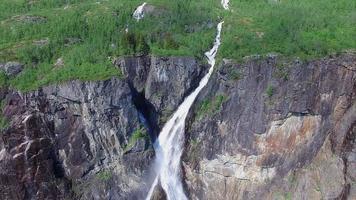 cascada de voringfossen en noruega, atracción turística popular. video