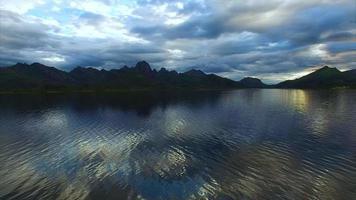 volo lento sopra le acque del fiordo sulle isole vesteralen