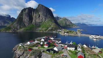 aldea en las islas lofoten en noruega desde el aire.