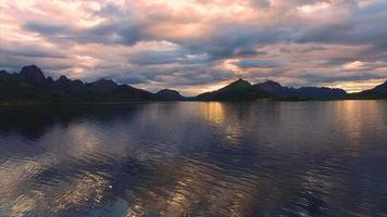 águas calmas do fiorde em Vesteralen, na Noruega video