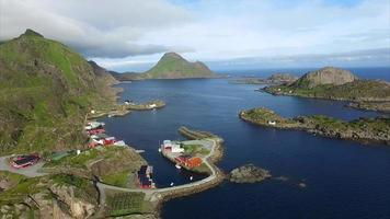villaggio di mortsund sulle isole lofoten in norvegia, vista aerea