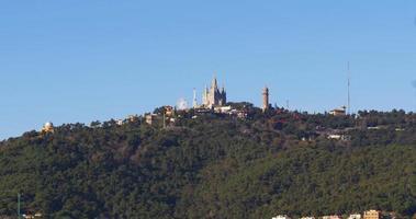 Barcelona Sonnenlicht Tibidabo Bergkirche und Parkblick 4k Spanien