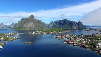 Vista aerea della bellissima città di Reine sulle Isole Lofoten in Norvegia