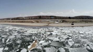 rompere il ghiaccio su un grande lago