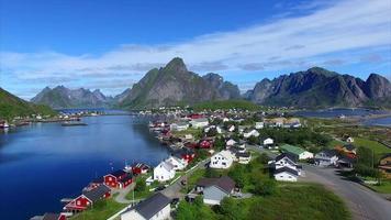 reine da cidade nas ilhas lofoten, noruega, aérea video