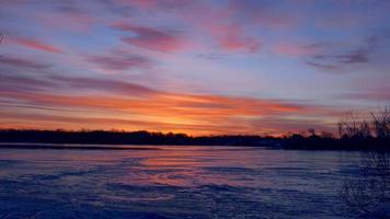 drone in volo sul fiume ghiacciato all'alba, visto dalla fotocamera video