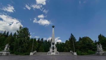Kriegsdenkmal mit beweglichen Wolken Zeitraffer. Denkmal der Helden