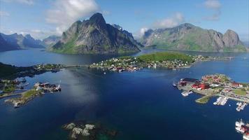 vista aérea do reine nas ilhas lofoten, noruega video