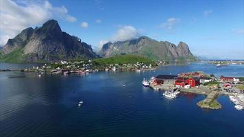 imagens aéreas da bela cidade reine na noruega video
