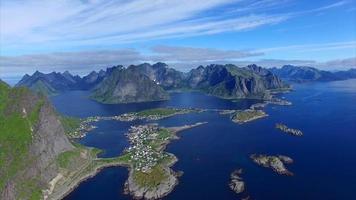 imagens aéreas da costa nas ilhas lofoten, na noruega video