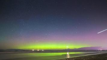 aurora boreale (aurora boreale) su una spiaggia