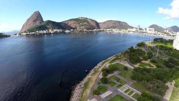 Veduta aerea del pão de açucar e della baia di botafogo a rio de janeiro, brasile