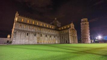 Italia notte famosa cattedrale di pisa e torre duomo piazza lato panorama 4k lasso di tempo