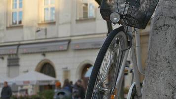 bicicleta estacionada e multidão video