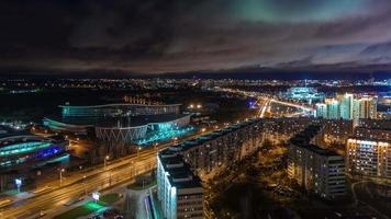 Bielorussia minsk notte luce città traffico strada tetto panorama superiore 4k lasso di tempo video