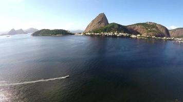 Vista aérea del pão de açucar y la bahía de Botafogo en Río de Janeiro, Brasil