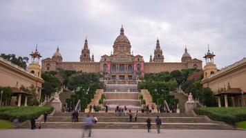 panorama do palácio real nacional com luz do dia 4k time lapse barcelona video