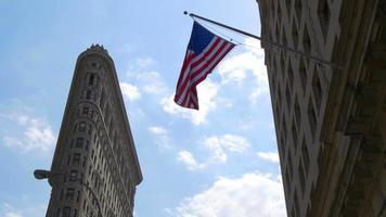 luz do dia de verão New York City Flat Iron Bulding bandeira americana acenando 4k EUA video