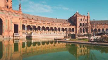 Palazzo principale di siviglia di giorno soleggiato del panorama di reflaction dello stagno di Spagna 4K lasso di tempo video