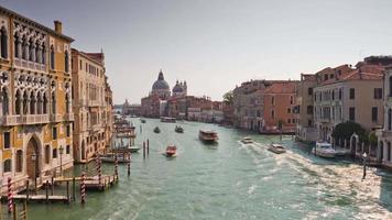 Italia gran canal santa maria della salute basílica panorama soleado 4k time lapse Venecia video